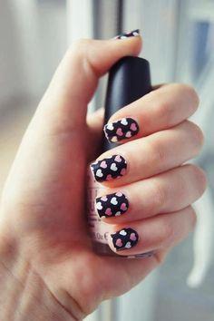 uñas negras con diseños acorazonado blanco y rosa