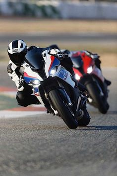 The new BMW S 1000 RR steam hammers with 207 hp - Motorräder - Motos Ducati, Yamaha Yzf, Street Fighter Motorcycle, Motorcycle Suit, Bmw S1000rr, Nova Bmw, Moto Wallpapers, Motorcycle Wallpaper, Auto Motor Sport