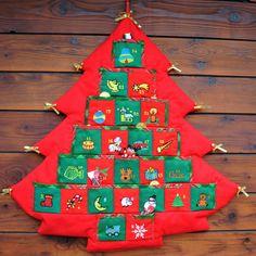 Adventní kalendář stromeček červený Udělejte svým dětem nebo vnoučatům radost a zpříjemněte jim čekání na vánoce. Adventní kalendář ve tvaru stromečku má každou kapsičku na drobnosti ozdobenou výšivkou a číslem. Den po dni si tak děti zpříjemní čekání na Ježíška malou sladkostí :).Kapsičky jsou o velikosti 6 x 6 cm. Stromeček můžete zavěsit na zeď. ...