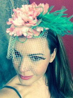 Acessório de cabeça. Tiara com aplicação de flor de tecido, plumas e tela com aplicação de cristais. Modelo Mariana Agnelli.