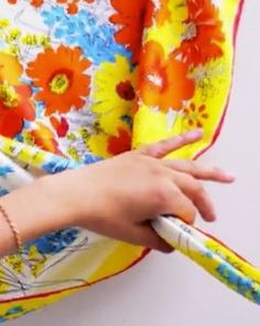 Have less than five minutes? Here's how to tie a vintage silk scarf into a bright bag using six quick knots -- no sewing required! Differently sized scarfs will yield differently size bags, and depending on how you tie the first knots, the length of your handles will be shorter or longer.