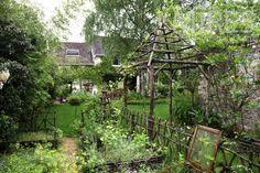 Chemin vers le potager et l'abri de jardin