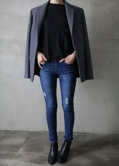 Take a look at the best what to wear with jeans and chelsea boots in the photos below and get ideas for your outfits! How To Wear Cropped Jeans with Chelsea Boots Image source Mode Outfits, Casual Outfits, Fashion Outfits, Minimal Chic, Minimal Fashion, Minimal Classic, Habit Vintage, Look Fashion, Trendy Fashion