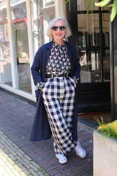 Het is bijna lente, street style fotografie in Haarlem Ageless Beauty, Prada, Harem Pants, Street Style, Legs, Black And White, Elegant, My Style, Grey
