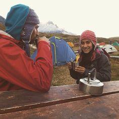 Isa y Pablo pasando el frío con un té y nuestro gorro kominken  para no dejar de disfrutar los paisajes de Torres del Paine.  #trekking #outdoor #torresdelpaine #selkn #selknam  www.selkn.cl