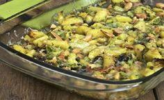 Prepariamo un piatto sicuramente molto amato dai vegetariani ed in generale da coloro che amano il sapore di ortaggi e verdure: verza e patate al forno