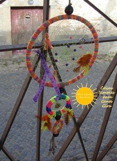 Caçador de sonhos bem comprido, de 3 aros, multicolorido em tons de laranja.