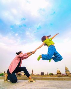 15 Pre-Wedding Shoot Themes You'll Absolutely Love! Pre Wedding Poses, Pre Wedding Shoot Ideas, Wedding Couple Poses, Pre Wedding Photoshoot, Couple Shoot, Wedding Couples, Couple Ideas, Couple Goals, Indian Wedding Photography