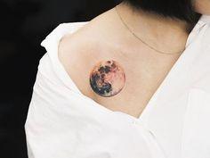 Uma representação realista da lua é tinta perto do portador do ombro direito.