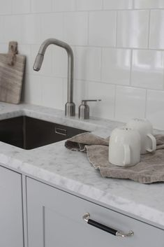 Uusi keittiö valmistui vanhaan 1900-luvun alun taloon. Harmaat peiliovet, marmoritasot ja tiililadonta takaavat talon henkeen sopivan, ajattoman tyylin. Open Kitchen, Kitchen Dining, Dining Room, Sink, Komfort, Interior Design, Beautiful Things, Kitchen Ideas, Kitchens