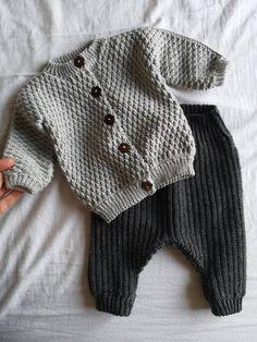 Mini Me Jakken – HviedsVerden Baby Boy Knitting Patterns, Knitting For Kids, Baby Cardigan, Baby Boy Sweater, Knit Baby Sweaters, Crochet Baby Clothes, Cute Baby Clothes, Baby Boy Fashion, Kids Fashion
