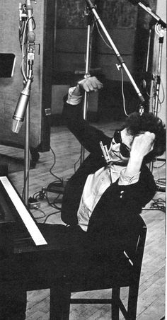 Bob Dylan with arms raised, 'Bringing It All Back Home' recording session, Daniel Kramer also shot the photograph which appears on the cover of the album. Bob Dylan, Stoner Rock, Hard Rock, Rockabilly, Heavy Metal, Bob Rock, Back Home, Blowin' In The Wind, Blues