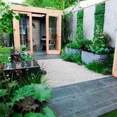 Een verticale tuin is een goede manier om je tuin groter te laten lijken. Zorg ervoor dat je lijnen omhoog creëert zoals op deze foto is te zien.