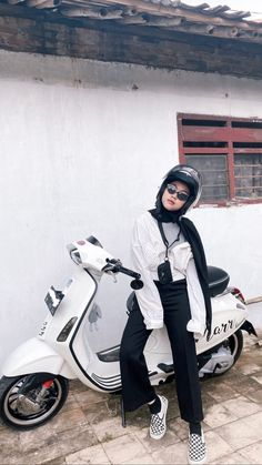 Casual Hijab Outfit, Ootd Hijab, Girl Hijab, Casual Outfits, Vespa Girl, Scooter Girl, Aesthetic Fashion, Aesthetic Girl, Hijab Fashion