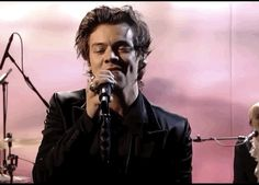 His gig in that show was amazing. He killed me! Harry Styles Gif, One Direction Harry Styles, Harry Edward Styles, Wattpad, Thing 1, Family Show, Treat People With Kindness, H Style, Celebs