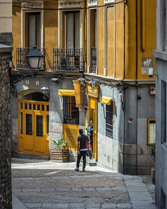 Calles de Madrid #madrid #españa #spain #streetphotography #street #streetdreamsmag #streets_storytelling #streetstyle #streetart…