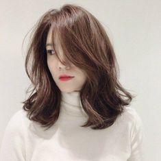 หั่นสั้นให้ได้ลุคชิค กับ ผมยาวประบ่า สไตล์ผู้หญิงเท่ผสมเปรี้ยว สวยเฉียบ ชิคกว่าใคร Hair Inspo, Hair Inspiration, Medium Hair Styles, Curly Hair Styles, Middle Hair, Cute Haircuts, Flawless Makeup, Hair Goals, Hair Cuts