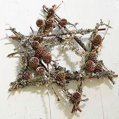 Den yndefuldt svævende, stjerneformede adventskrans er bygget op om et let, hjemmelavet stativ af pilegrene og pyntet med lærkekogler.