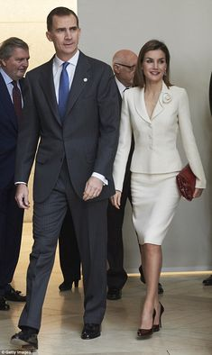 Queen Letizia of Spain Photos - King Felipe VI of Spain and Queen Letizia of Spain visit the El Prado Museum on 2016 in Madrid, Spain. - Spanish Royals Visit The Prado Museum Office Fashion, Fashion 2020, Summer Wear For Ladies, Black And White Suit, Off White Blazer, Style Royal, Madrid, Estilo Real, Wedding Dress Patterns
