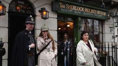 Museo de Sherlock Holmes en 221B de Baker Street-Casi todos los que conocen a Sherlock Holmes, aunque no hayan leído sus libros, saben que vivía en el 221B de Baker Street, ubicada actualmente en el distrito de Marylebone, en el centro de Londres. Hoy Baker Street luce como cualquier otra calle de la capital inglesa. Pero en el número 221 hay una placa recordatoria del personaje de Arthur Conan Doyle y al lado, un museo dedicado al investigador.