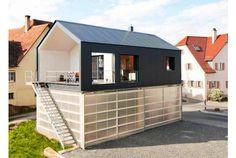 田舎に行くと見掛けることのある、1階がトラクターなど作業車のガレージになっていて、2階が居住スペースになっているという住居。 そんな住まいのカタチがとても実用的で快適なリビングスペースになった素敵な事例が、ドイツのFabian Evers Architecture社とWezel Architektur社による「Hous...
