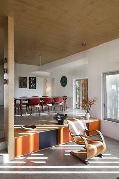 Piso de granilite e forro provavelmente laminado. Brown Vujcich House by Bossley Architects