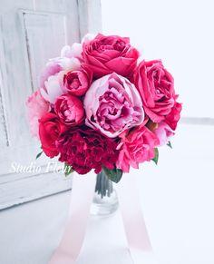 ピンクのグラデーションのナチュラルクラッチブーケ Silk Flower Bouquets, Silk Flowers, Rose, Plants, Flowers, Pink, Roses, Plant, Planting