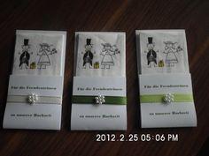 20 Stück Freudentränen-Fänger Papier: weiß 120gr Band: 0,8 cm wahlweise weiss/dunkelgrün/hellgrün Applikation: Perlblume weiss Schrift: dunkelgrün Taschentuch: Comicpaar mit Geschenk Text...