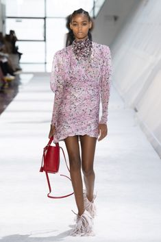 See all the best runway looks from the top Fall 2019 collections at Paris Fashion Week. Milan Fashion Weeks, Paris Fashion, Pink Fashion, Fashion Fashion, Street Fashion, Fashion Design, Giambattista Valli, Beautiful Outfits, Fashion News
