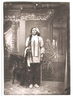 "Possible Photo of; Crazy Horse Native American war leader of the Oglala Lakota Sioux. 1840 – September ""If I ever pass away, the white men will take you under their custody as wards"" Spoken to the Sioux Tribe Native American Beauty, Native American Photos, Native American Tribes, Native American History, American Indians, American War, Crazy Horse, Le Far West, Navajo"