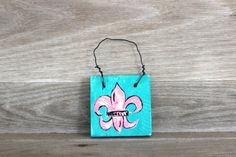This bright and cheery mini Fleur de Lis door hanger would be great on a cabinet door, wreath, etc! This listing is for a hand-painted door hanger with