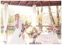 bukiet ślubny boho, bukiety na stołach, suknia ślubna i dodatki
