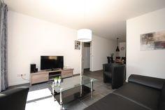 Appartement Kooiker Ameland - Een comfortabele woonkamer met een grote schuifpui naar uw eigen terras op het zuiden! #Ameland #Kooiker #verhuur #genieten #appartement #kooikerverhuur http://kooiker-ameland.nl