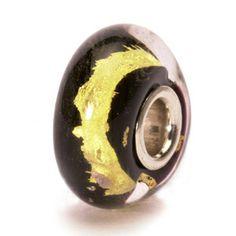 Dieser Trollbead hat wie alle Chakra-Beads 22 Karat pures Gold im Inneren. Name: schwarzes Gold •Glas, Sterling Silber • Designer: Lise Aagaard • Referenz: 62015