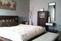 STUCCO en pared principal dormitorio y el resto de las paredes en liso color plata armonizando colores frios y cálidos.