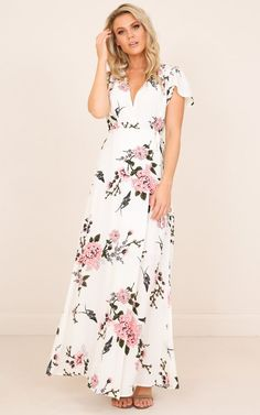 This is a great Spring day Maxi, we love the floral print and the flattering shape, this is a fantastic outfit to wear casually or dress in heels and some statement jewellery to a more formal event. Burgundy Maxi Dress, White Floral Dress, Floral Maxi Dress, Boho Dress, Dresses For Formal Events, Event Dresses, Plus Size Prom Dresses, Cute Dresses, Maxi Dresses