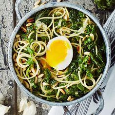 Lehtikaali-kananmunapasta on mehevä, koska kananmunan keltuaiset toimivat myös kastikkeena.