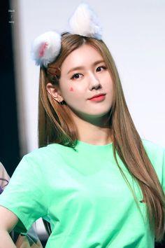 190330 at Jeila Art Hall Kpop Girl Groups, Korean Girl Groups, Kpop Girls, Extended Play, K Pop, Fandoms, Bts And Exo, Cube Entertainment, Girl Bands