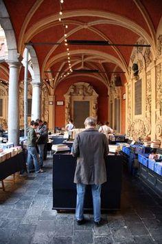 Op de binnenplaats van de Oude Beurs. De boekenstalletjes zijn geopend van dinsdag tot zondag van 13 tot 19uur.