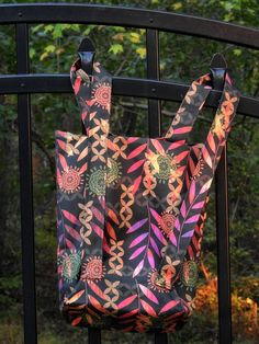 Tutorial: Simple convertible backpack tote bag Make a tote that easily converts to a backpack! Diane from Ooh! Pretty Colors shares a tutorial at We All Sew showing how to do it. The bag uses the same Backpack Tutorial, Diy Backpack, Backpack Pattern, Tote Pattern, Bag Patterns, Sewing Patterns, Sewing Kits, Corset Pattern, Sewing Tutorials