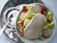 Wir lieben Falafel! Kichererbsenbällchen im Pita-Brot - mit gerösteter Paprikaschote und Joghurtsauce - smarter - Kalorien: 486 Kcal - Zeit: 1 Std.  | eatsmarter.de