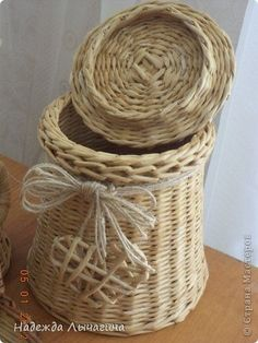 Straw Weaving, Paper Weaving, Basket Weaving, Newspaper Basket, Newspaper Crafts, Paper Straws, Diy Projects To Try, Paper Goods, Wicker Baskets
