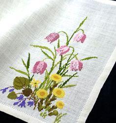 Clara Waever! Vackert handbroderad påskduk/tablett på linne, 43x33 cm.