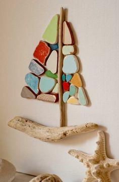 un voilier original en bois flotté et en galets décoratifs à faire soi-même en tant que déco murale