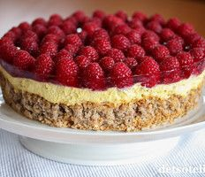En helt herlig kake som anbefales til helgen! Sweet Recipes, Cake Recipes, Types Of Cakes, Mousse Cake, Recipe Boards, Apple Cake, Red Berries, Cheesecakes, Cake Cookies