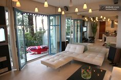 Living room with large sofas (convertible) and access to terrace and garden - Exceptional Sea Front Design flat (Nice, Provença-Alpes-Costa Azul, França)