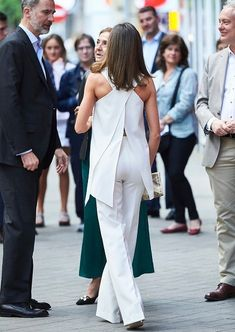 Queen Letizia wore Pedro del Hierro dress 2017 Collection and Magrit pumps, Bimba and Lola gold earrings, she carried Adolfo Dominguez clutch Wedding Jumpsuit, Estilo Real, Queen Letizia, Princess Letizia, Stylish Eve, Culottes, Western Dresses, Casual Elegance, Royal Fashion