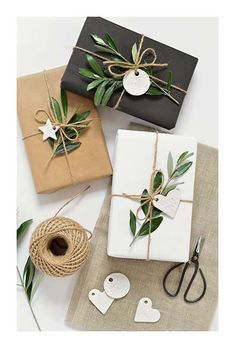 paquets cadeaux en papier avec branche végétale #paquetscadeaux #DIY #noel #fetes #christmas #gifts