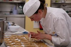 Μάθαμε τη συνταγή για τα αγαπημένα χριστουγεννιάτικα μπισκότα της βασιλικής οικογένειας - www.olivemagazine.gr Ginger Bread Biscuits, Chefs, Canadian Butter Tarts, Chef Shows, Magic Recipe, Mince Pies, Ginger Cookies, No Sugar Foods, Bakery Cakes