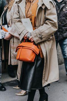MILAN FALL 18/19 STREET STYLE II Fashion Details, Timeless Fashion, Fashion Trends, Casual Street Style, Street Style Women, Casual Chic, Orange Handbag, Mode Inspiration, Winter Fashion